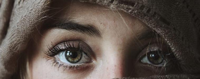 C'est quoi ces trucs qui flottent dans nos yeux ?